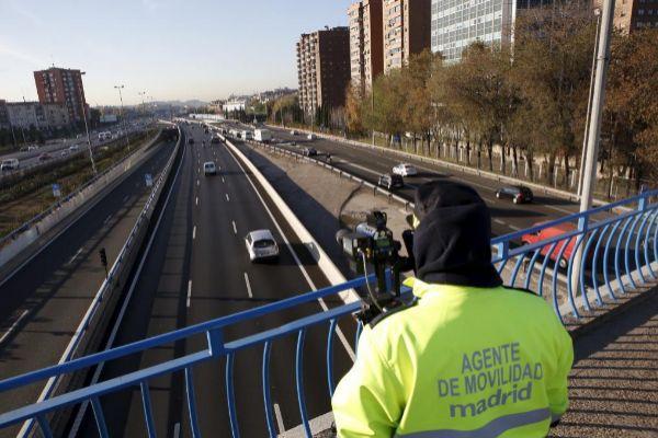 Agentes de movilidad con un radar en el puente de Conde de Casal.