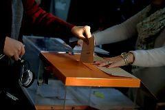 Un votante deposita su papeleta.