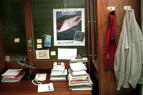 El despacho de Lluch: una chaqueta, apuntes y un póster del País Vasco.