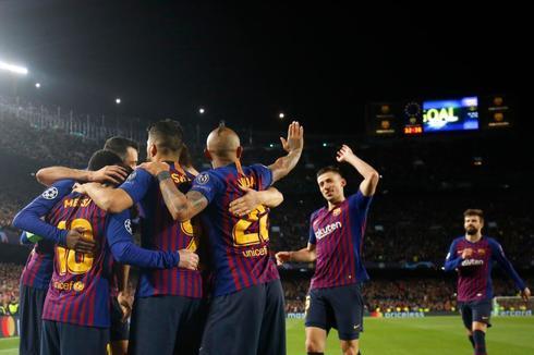 Los jugadores del Barcelona felicitan a Messi por uno de sus goles.
