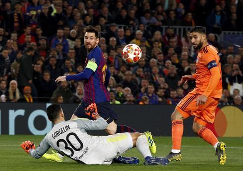 Messi golpea el balón ante Gorgelin.