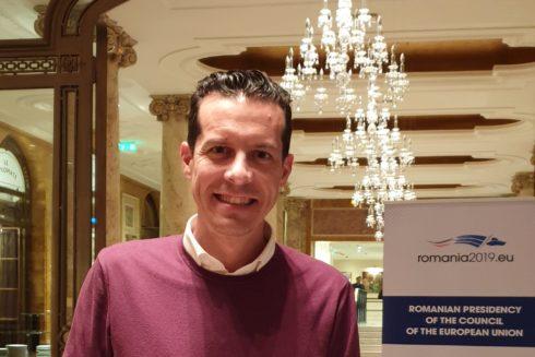 El alcalde de Elda y presidente de la Federación Valenciana de Municipios y Provincias en uno de los hoteles donde la Comisión Europea está realizando actividades por la cumbre.