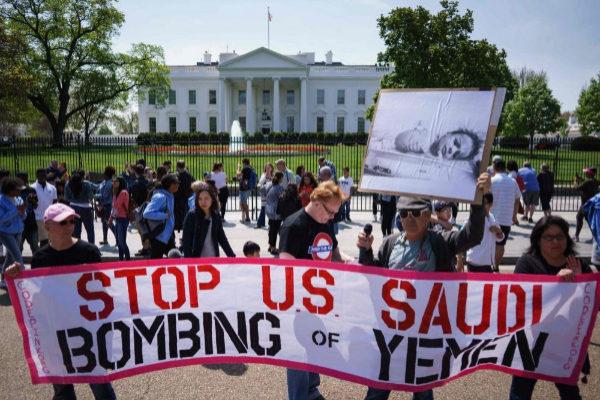 Foto de archivo en la que varios activistas protestan por la participación de EEUU en Yemen frente a la Casa Blanca.