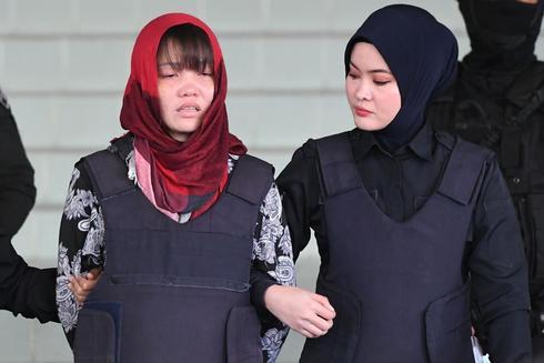 La vietnamita Doan Thi Huong abandona la corte de Malasia acompañada por la policía.
