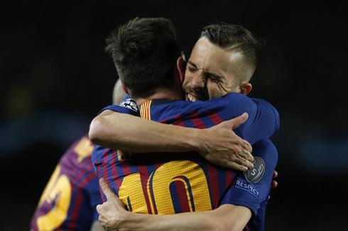 Alba abraza a Messi, en el encuentro ante el Olympique.
