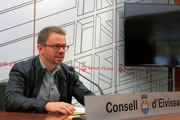 El ya ex conseller de Deportes del Consell Insular de Ibiza y miembro de Guanyem, David Ribas, en rueda de prensa.