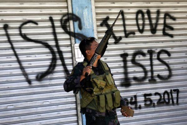 Un soldado filipino patrulla una zona que pertenecía Grupo Maute en la ciudad de Marawi, en la isla de Mindanao.