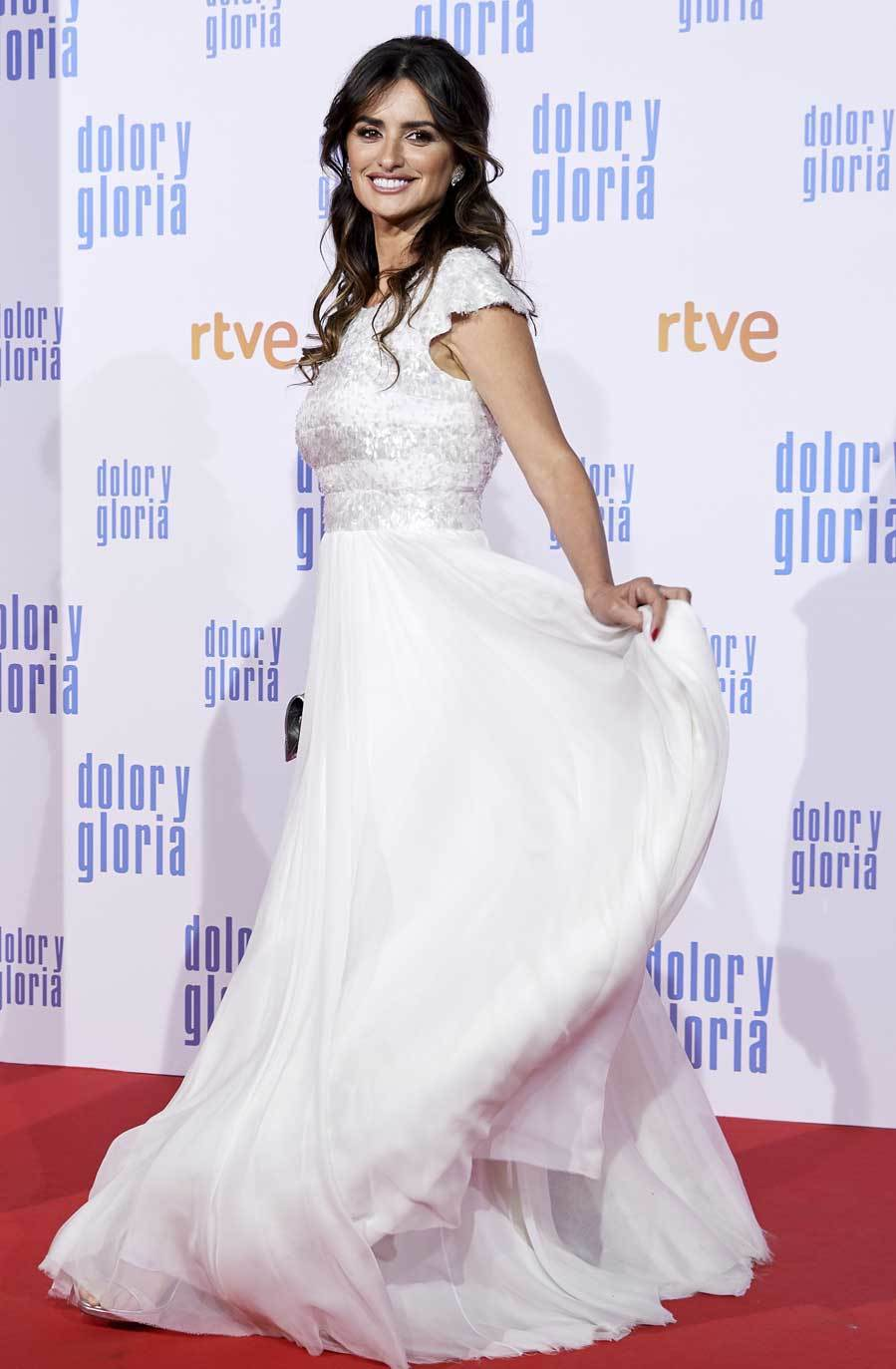 Penélope se vistió de novia, con un vestido blanco de <strong>Chanel </strong>Alta Costura, para el estreno de la película que protagoniza. El diseño destaca por la falda de gasa y el cuerpo, de manga corta, con bordados de pailletes. Un bolso acolchado, también de Chanel, y pendientes de Atelier Swarovski, completaron el estilismo.