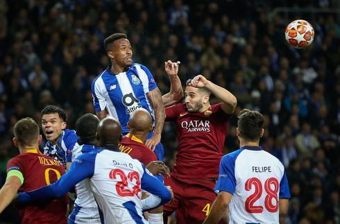 EPA3243. OPORTO (PORTUGAL).- Eder <HIT>Militao</HIT> (c-i) del Porto disputa un balón ante Kostas Manolas (2d) de la Roma este miércoles, durante un partido de vuelta de octavos de final de la Liga de Campeones UEFA, entre el FC Porto de Portugal y la AS Roma de Italia, en el Estadio Dragao de Oporto (Portugal).