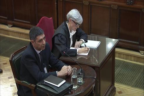 """Captura de la señal del Tribunal Supremo con la declaración de Josep Lluís Trapero, jefe de los Mossos d'Esquadra durante el 1-O, y su abogada, Olga Tubau (d) en la sesión del juicio del """"procés"""" esta mañana en el Tribunal Supremo."""