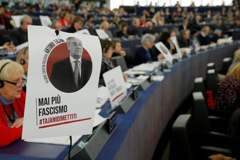 Protesta en el Parlamento Europeo contra Tajani.