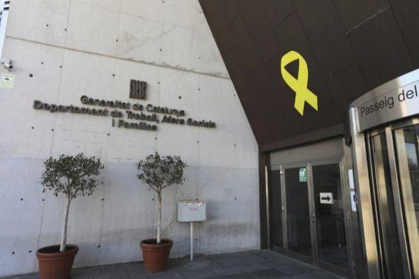 <HIT>Antonio</HIT> <HIT>Moreno</HIT> 14.03.2019 Barcelona Cataluña.Lazo amarillo y pancartas de los politicos presos en la Conselleria Departamento de Trabajo en Barcelona.