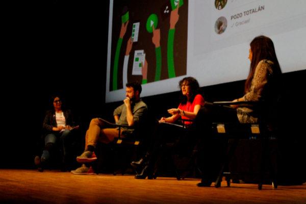 Clara Jiménez, Juanlu Sánchez, Ángela R. Bonachera y Macarena Barios en la mesa redonda de periodismo en mensajería móvil