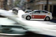 Un taxi circula por las calles de Valencia.