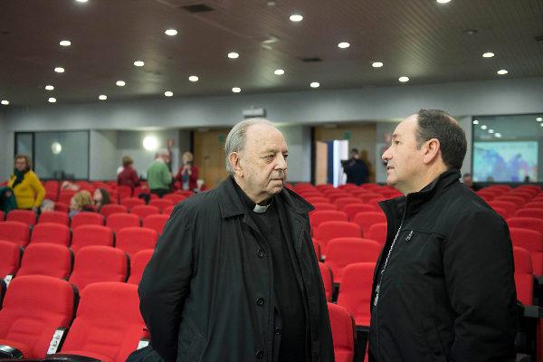 El obispo emérito de San Sebastián, Juan María Uriarte, a la izquierda.