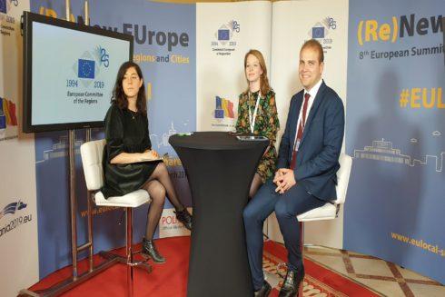 Sanne van Looy y Adrián Ballester en una de las charlas sobre jóvenes políticos de la cumbre europea.