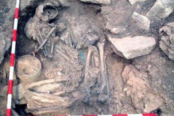 Enterramiento de la Edad del Bronce en Castillejo del Bonete (Ciudad Real). El hombre tiene ascendencia de la estepa y la mujer es genéticamente similar a los ibéricos anteriores al Neolítico tardío.