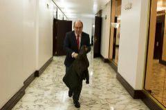 El ya ex consejero de Salud, Jon Darpón, ayer en los pasillos del Parlamento Vasco.
