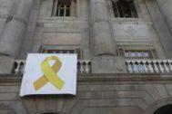 Lazo amarillo presidiendo la fachada del Ayuntamiento de Barcelona.