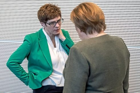 Angela Merkel y su sucesora, Annegret Kramp-Karrenbauer, conversan en Berlín.