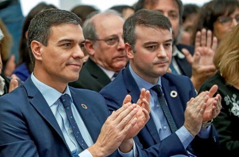 El presidente del Gobierno, Pedro Sánchez, y su jefe de gabinete, Iván Redondo, en un acto celebrado este jueves en La Moncloa.