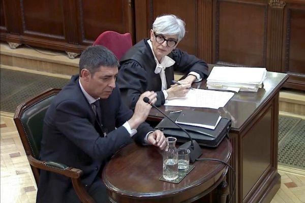 El ex jefe de los Mossos, Josep Lluís Trapero, junto a su abogada en el Supremo.
