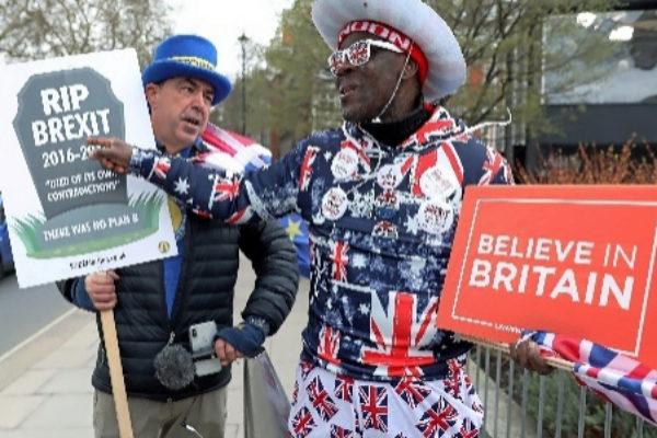 Un pro Brexit bromea con un anti Brexit.