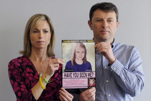 Los padres de Madeleine McCann muestran una imagen de la niña.