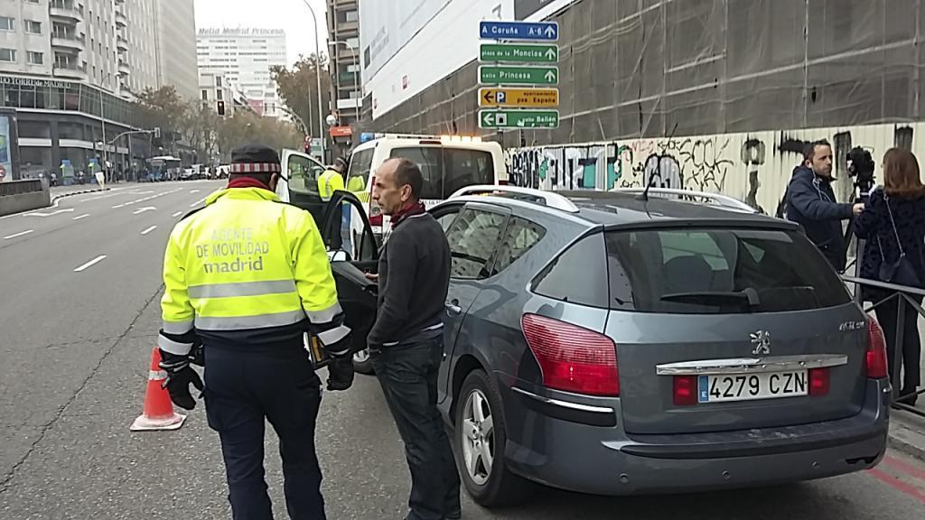 Agentes de movilidad durante un control en la Plaza de España.