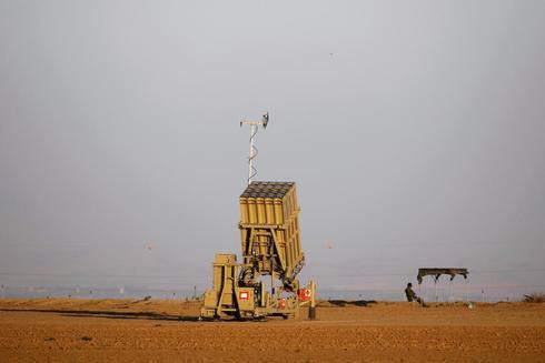 Un soldado israelí vigila una batería defensiva 'Cúpula de hierro'.
