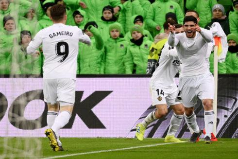 Guedes busca a Gameiro para festejar su gol que da la clasificación para cuartos de la Europa League.