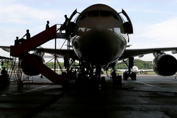 Unos técnicos revisan un Airbus 330 en los hangares del aeropuerto internacional de Jakarta.