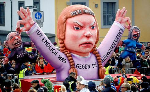 Figura de la adolescente Greta Thunberg en el desfile de carnval de...