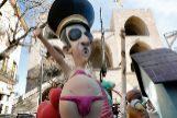 GRAFCVA001. VALENCIA.-Un ninot que representa al dictador Franco, listo para incorporarse en la <HIT>falla</HIT> de las Torres de Serranos, que prosigue, como las cerca de 700 <HIT>fallas</HIT>, el montaje de sus monumentos.