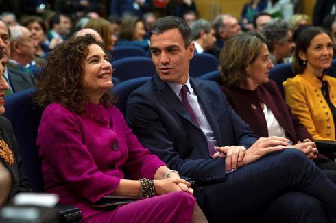 El presidente del Gobierno, Pedro Sánchez, con la ministra de Hacienda, María Jesús Montero.