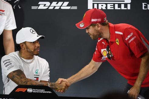 Hamilton y Vettel se saludan antes de la rueda de prensa en Melbourne.