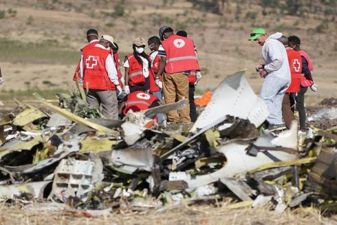 Forenses e investigadores trabajan en los restos del Boeing 737