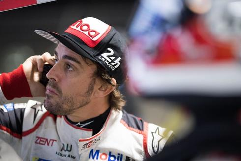 """MIA104. SEBRING (FL, EEUU), 13/03/2019.- Fotografía cedida por Toyota Gazoo Racing donde aperece el doble campeón del <HIT>mundo</HIT> de Fórmula Uno, el español <HIT>Fernando</HIT> <HIT>Alonso</HIT>, mientras habla por teléfono durante un entrenamiento este miércoles, en el circuito de Sebring en Florida (EE.UU.). <HIT>Alonso</HIT> explicó que, en lo que respecta a ese Mundial, que arranca este fin de semana y que él no disputará este año, siente """"especial interés"""" por lo que hagan su compatriota y amigo Carlos Sainz y McLaren, la escudería en la que militó las últimas cuatro temporadas. /Cortesía Toyota Gazoo/ SOLO USO EDITORIAL NO VENTAS"""