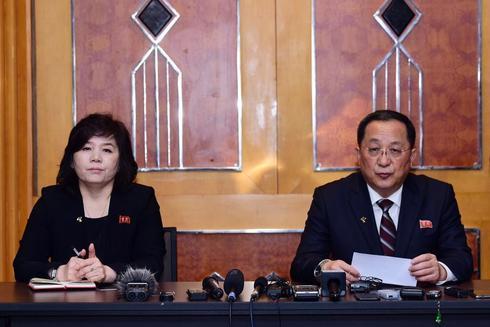 LIN04. HANÓI (VIETNAM).- La viceminia norcoreana de Asuntos Internacionales, <HIT>Choe</HIT> Son Hui (i), y el minio norcoreano de Relaciones Internacionales, Ri Yong Ho (d), participan durante una rueda de prensa este viernes, tras la segunda cumbre Estados Unidos-Corea del Norte, en Hanói (Vietnam).