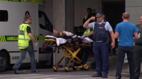 Personal de emergencias transporta heridos a los centros hospitalarios.