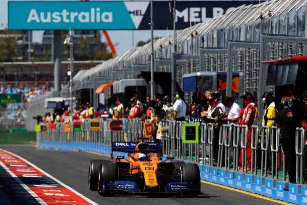 Sainz, en el 'pit-lane' de Melbourne, durante la primera sesión libre.