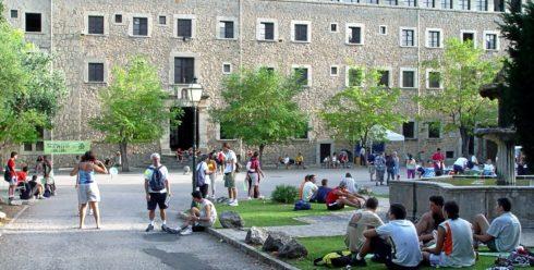 Caminantes descansando tras participar en la Marxa des Güell a Lluc de hace dos años.