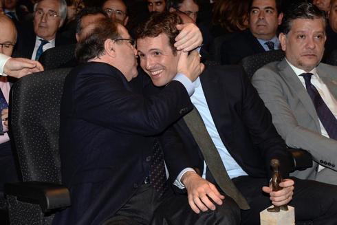 El presidente del PP, Pablo Casado, felicitado por el presidente de la...