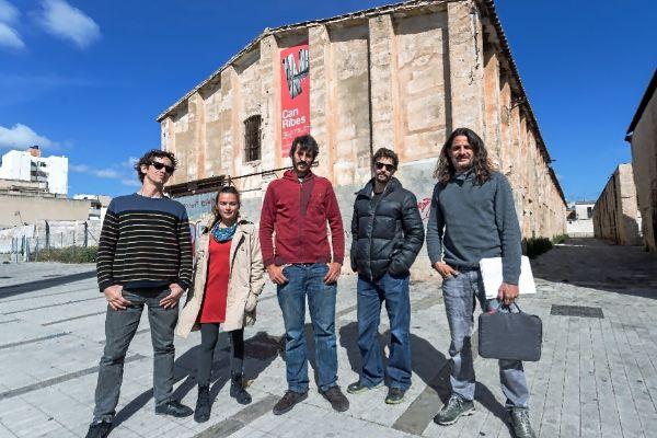 Los representantes de la Asociación de Profesionales del Circo, ayer, en el exterior del edificio de Can Ribas.
