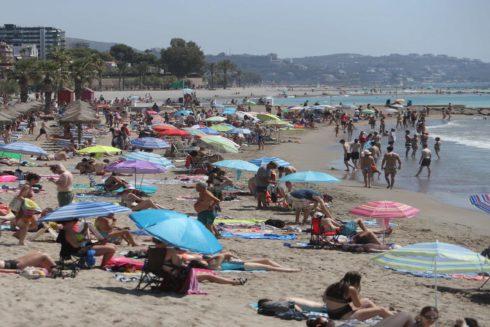 Numerosos bañistas en una playa de Benicàssim.