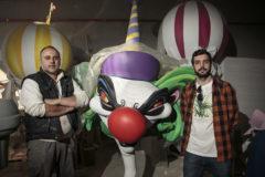 Carlos Carsí y Daniel Gomz posan junto a un 'ninot' modelado en 3D por ordenador.