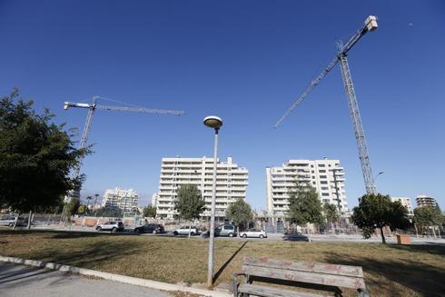 Las obras de construcción de varias promociones de viviendas en la Playa de San Juan.