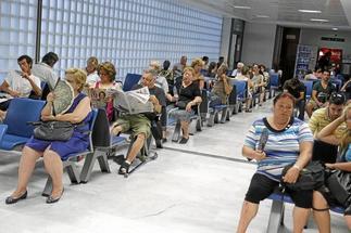 La sala de espera de Urgencias de Son Espases llena de pacientes.