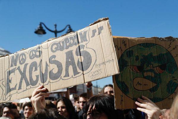 Pancartas de estudiantes en la Puerta del Sol de Madrid