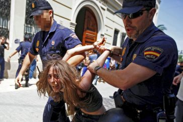 María G., en el momento de su detención en junio de 2011 cuando protestaba junto al 15 a las puertas de las Cortes Valencianas.